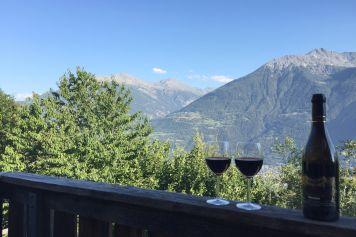 Ruhige Ferien geniessen im Wallis mit einem Glas Wein