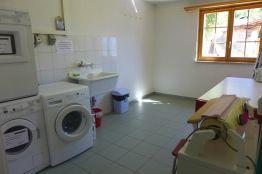 Eine Waschmöglichkeit mit Waschmaschine und Tumbler