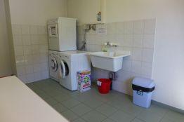 Ein Waschraum mit Waschturm und Lavabo im Haus
