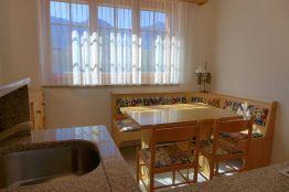 Küche mit Spühle und Esstisch