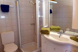 WC mit Dusche und Lavabo