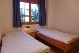 Kinderzimmer mit 2 Betten und Nachttisch