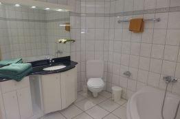 Bad mit grosser Eckbadewanne, WC, Lavabo mit grossem Spiegel