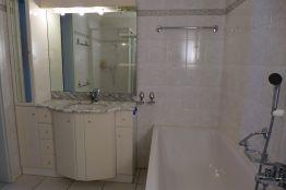 Bad mit Bewanne, WC, Lavabo und grossem Spiegel
